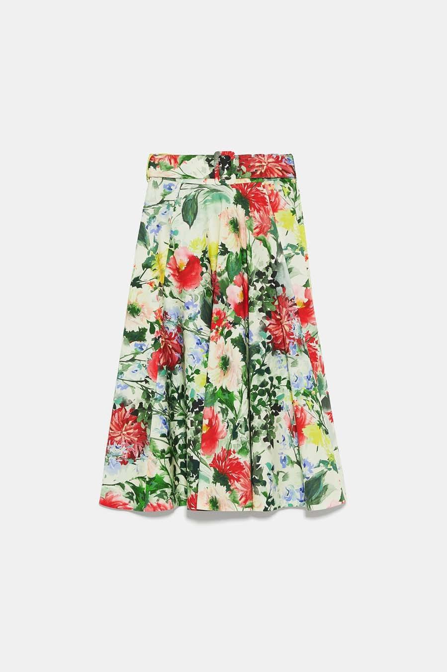 Falda midi de vuelo con estampado floral (39,95 euros).