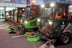 Varias máquinas barredoras en el centro de Bilbao.