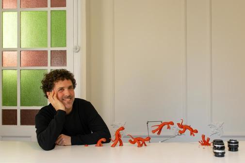 César Díaz con sus creaciones.