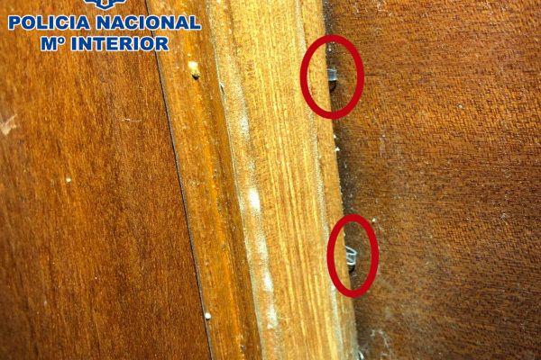 Una puerta con la marca que dejan los ladrones para controlar el movimiento de los inquilinos