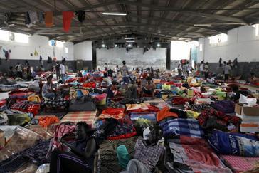 Miles de migrantes y refugiados, atrapados en los combates en Trípoli