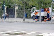 Dos operarios de la empresa de limpieza barren en la calle, en una imagen de archivo.