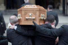 Varias personas llevan en hombros el ataúd de la periodista Lyra McKee a su llegada a la catedral de Santa Ana, en Belfast.