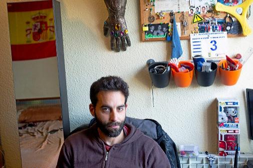 Miguel Pérez, 32 años, en el piso que comparte con dos compañeros.