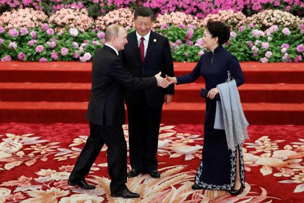 El presidente chino, Xi Jinping (c), y su mujer Peng Liyuan, reciben al presidente ruso Vladímir Putin.