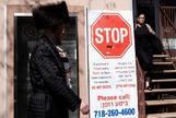 JLX01. BROOKLYN (ESTADOS UNIDOS).- Un hombre camina junto a un cartel que alerta contra el <HIT>sarampión</HIT> en Brooklyn, Nueva York (Estados Unidos), este jueves. Las autoridades sanitarias confirmaron en lo que va de año 695 casos de <HIT>sarampión</HIT>, una cifra récord desde que el país declaró la enfermedad erradicada en el año 2000, según las autoridades federales.