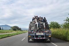 Migrantes venezolanos en un camión en Colombia.