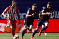 Vitolo (izda), durante el partido ante el Eibar.