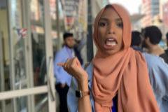 Shaymaa Ismaa'eel posa delante de los manifestantes, en Washington DC.