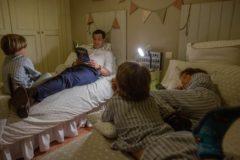 Moreno Bonilla, leyendo un libro a sus hijos en una foto publicada en sus redes sociales.