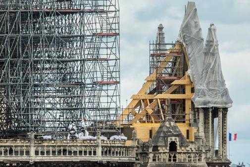 La catedral de Notre Dame cubierta por lonas tras el incendio.