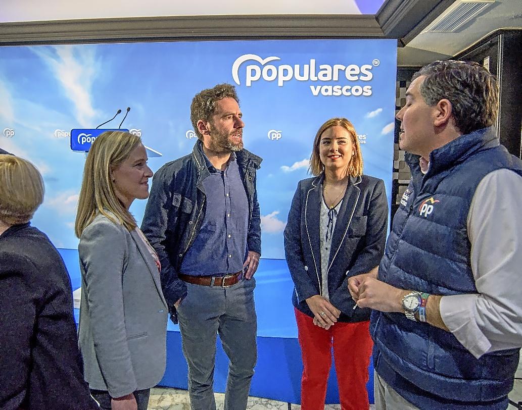 Amaya Fernández junto a Borja Sémper, Zoe Nubla e Iñigo Arkauz, ayer, en el cierre de campaña del PP vasco.