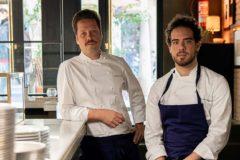 Los chefs Mauricio Zillo y Franceso Ruggiero posan                             en el interior del restaurante que también es pizzería                    y coctelería                               con 'speakeasy'.