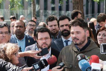 Comitiva de ERC a la pueta de los juzgados.