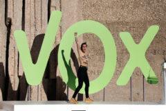 Femen irrumpen a pecho descubierto en el escenario de Vox