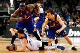 GRAF8438. <HIT>BARCELONA</HIT>.- El base serbio del Anadolu <HIT>Efes</HIT> Vasilije Micic (c) con el balón ante los jugadores del Barça Lassa Chris Singleton (i), y Kevin Joseph Pangos (d) durante el cuarto partido de octavos de final de la Euroliga de baloncesto disputado este viernes en <HIT>Barcelona</HIT>.