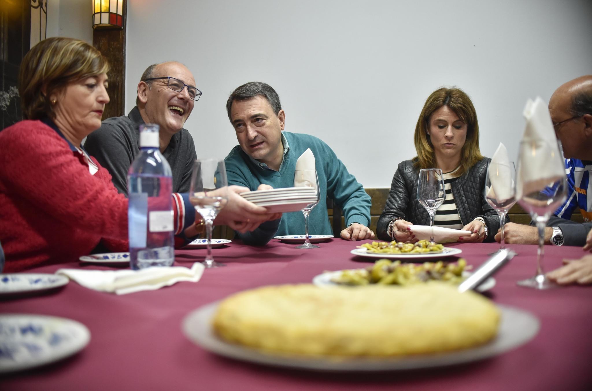 Candidatos del PNV disfrutan de un 'hamaiketako' en el 'batzoki' de Indautxu.
