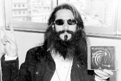 El rockero y alcalde de Oencia, José Estanga, muestra uno de sus diez discos en una fotografía de 2008