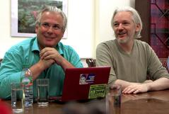 Julian Assange con el ex juez Baltasar Garzón,q ue encabeza su defensa.