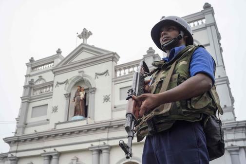 Un militar de Sri Lanka, junto a la iglesia de St. Anthony's Shrine.