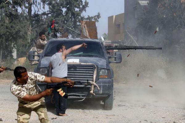 Combatientes leales al Gobierno de Unidad Nacional (GNA) libio, durante enfrentamientos con las fuerzas de Jalifa Haftar, en Ain Zara (sur de Trípoli).