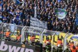 Ultras del Schalke mostrando la citada pancarta