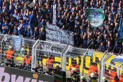 La polémica pancarta de los ultras del Schalke que hizo explotar a Bartra