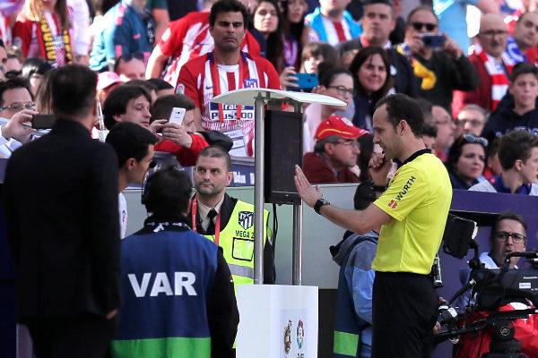 Melero López consulta el VAR en el Wanda