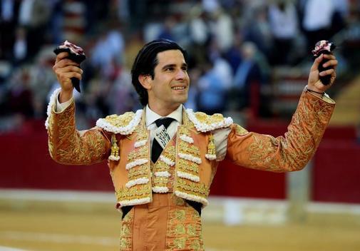 López Simón cortó dos orejas al primero de su lote de Conde de Mayalde