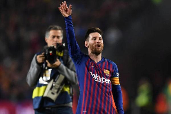 Leo Messi saluda al público del Camp Nou.