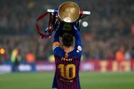 Leo Messi levanta la copa de LaLiga.