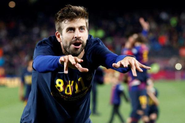 GRAF9241. BARCELONA.- El jugador del FC Barcelona, Gerard Piqué, celebra la consecución del título de Liga tras derrotar al Levante en el encuentro correspondiente a la jornada 35 de primera división disputado esta noche en el estadio del <HIT>Camp</HIT> <HIT>Nou</HIT>, en Barcelona.