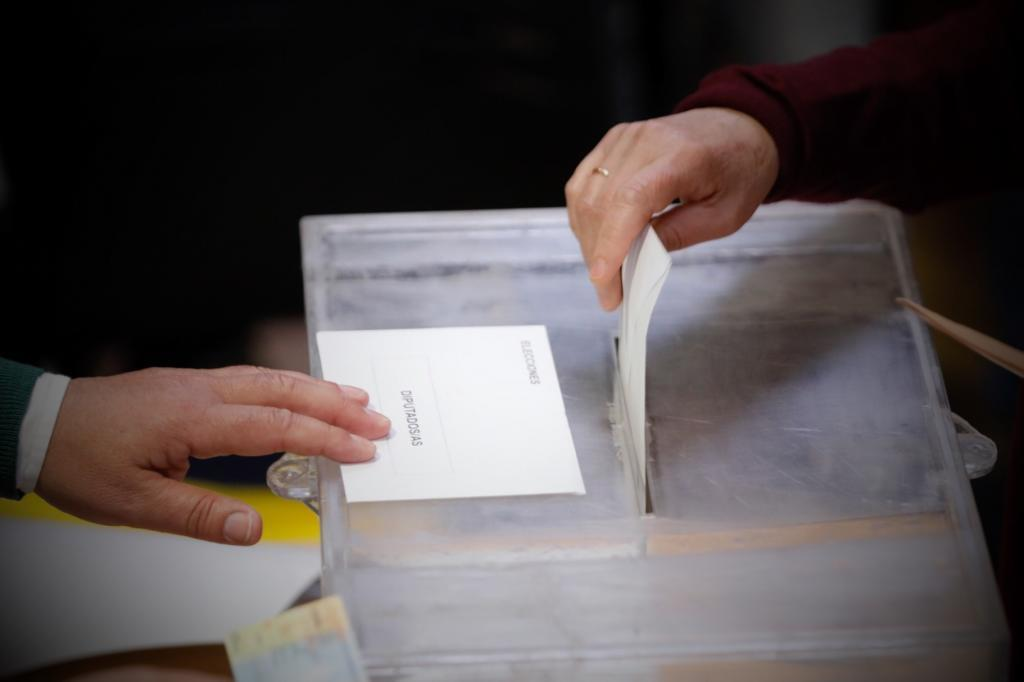 Una vecina vota en un colegio electoral de Pozuelo, en Madrid.