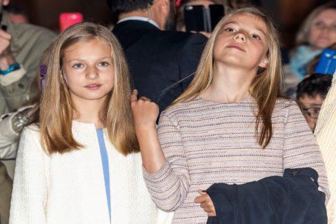 La infanta Leonor (izq) junto a su hermana, la infanta Sofía (dcha), en la celebración de la misa de Resurrección