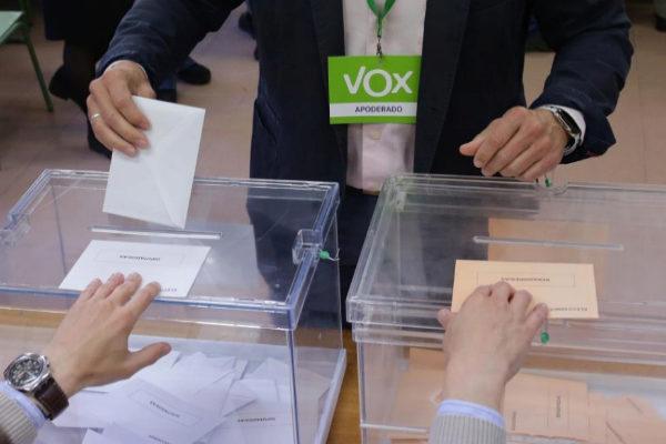 Un apoderado de Vox deposita su voto en un colegio de Madrid.