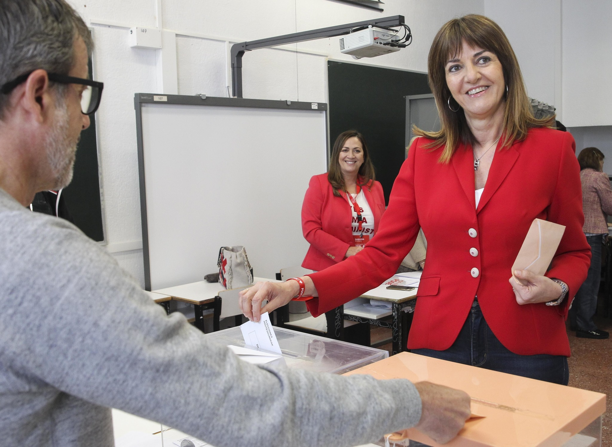 Idoai Mendia en el mmento de depositar su voto en Bilbao.