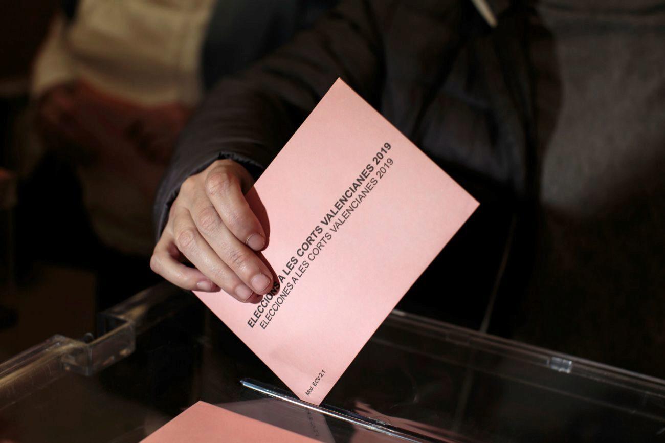 En las mesas electorales valencianas habrá una tercera urna donde se...