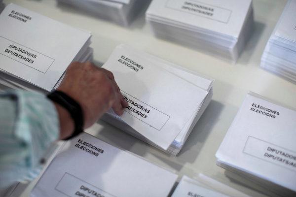 Una persona coge un sobre para su votación de las Elecciones Generales
