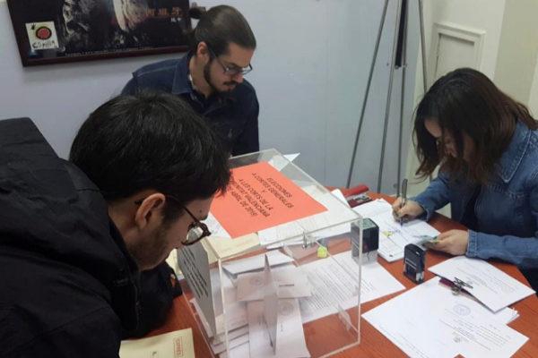 Españoles residentes en China acuden al consulado de España en...