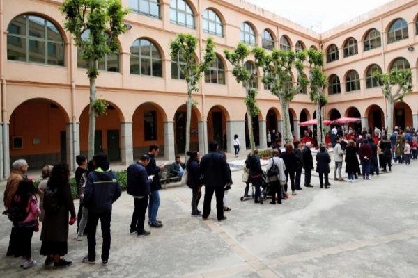 Ciudadanos hacen cola para votar en el colegio Salesianos Sarriá, en Barcelona.