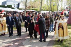 La diputada foral de Cultura de Álava recogen la bandera foral en las campas de Armentia.
