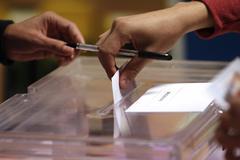 GRAF9269 MADRID, 28/4/2019.- Los colegios electorales han abierto sus puertas a las 09:00 horas para recoger el voto de los casi 36,9 millones de electores que decidirán este domingo en los comicios generales el reparto de los 350 escaños del Congreso de los Diputados y los 208 del Senado durante la próxima legislatura.Tras la constitución de las mesas a las ocho de la mañana con la comprobación de que estaban los miembros necesarios y la lectura de los manuales, a las nueve de la mañana los electores han comenzado a acudir a las urnas, en una jornada que estará marcada por el sol y con temperaturas, en general, al alza en casi todo el país. En la foto,un elector introduce su voto en la <HIT>urna</HIT> en el colegio Pinar del Rey.