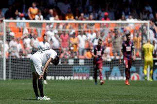 Parejo se lamenta tras perder los tres puntos ante el Eibar en Mestalla.