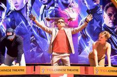 Chris Hemsworth, Robert Downey Jr y Scarlett Johansson posan en el estreno de Los Ántgeles.