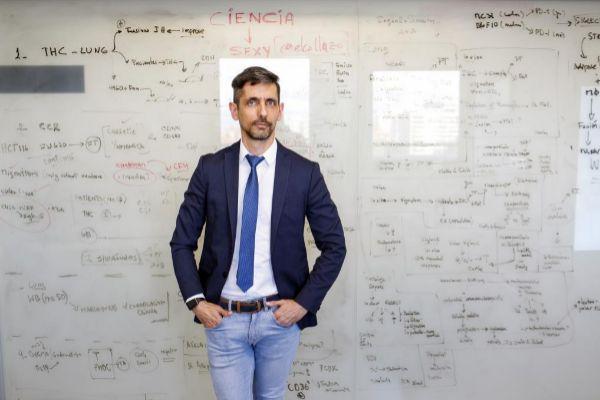Eduardo López-Collazo, delante de la enorme pizarra que preside su despacho.