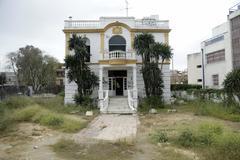 El chalé que albergó el club Don Angelo, en Sevilla, abandonado y poco antes de ser derruido.