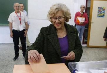 Manuela Carmena ejerciendo su derecho a voto.