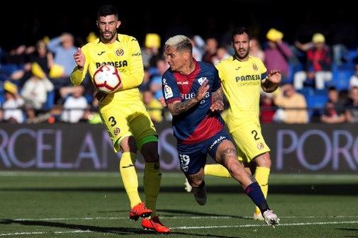Chimy Ávila disputa el balón con Álvaro.