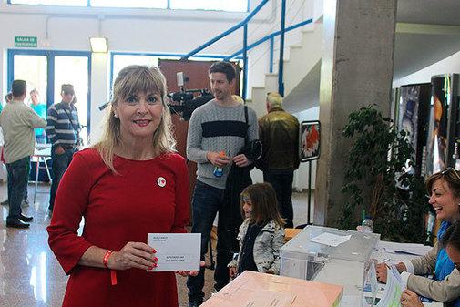 Susana Ros, cabeza de lista del PSOE de Castellón al Congreso, ejerciendo el voto este domingo.