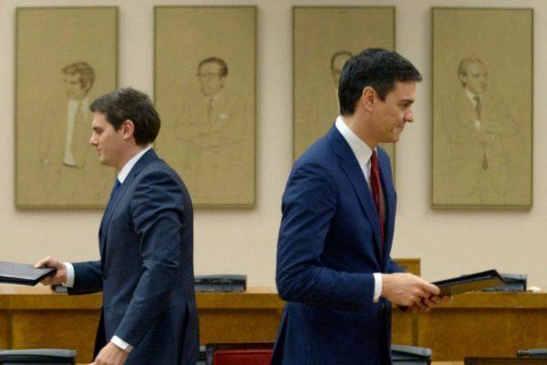 Albert Rivera y Pedro Sänchez, tras la firma del acuerdo de investidura del segundo en 2016.